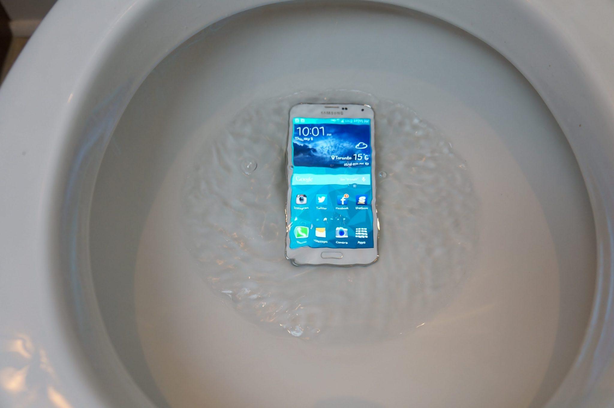 Esto es lo que debes hacer si se te cae el m vil en el for El inodoro que te lava