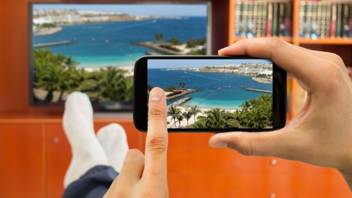 Enviar contenido del móvil al televisor. Foto: Komodo